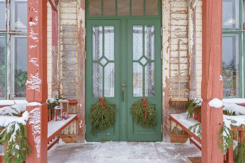 Entrédörrarna är nya, tillverkade i gammal stil, med munblåst glas.