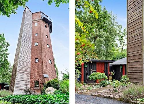 Bakom träfasaden går en hiss – hela vägen upp till toppen på det 24 meter höga vattentornet.