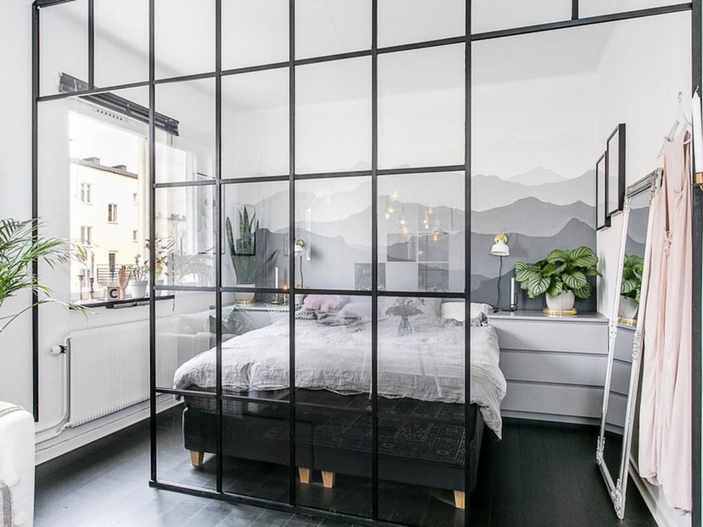 Vardagsrummet och sovrummet skils av en läcker och trendig glasvägg.
