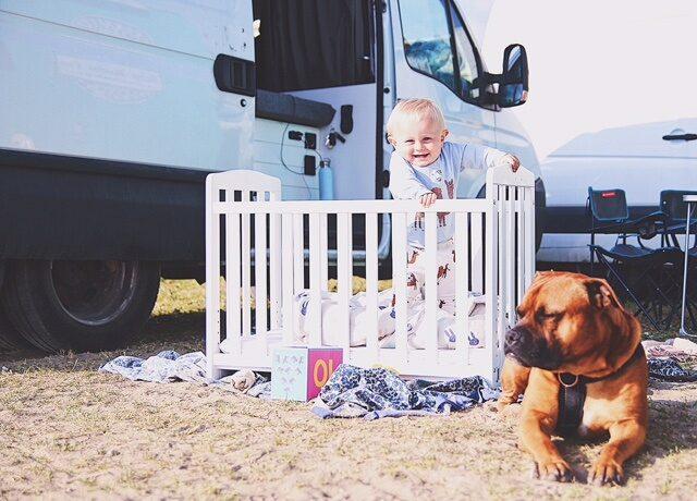 Oliver och hunden Buddha trivs med att få vara utomhus hela dagarna.