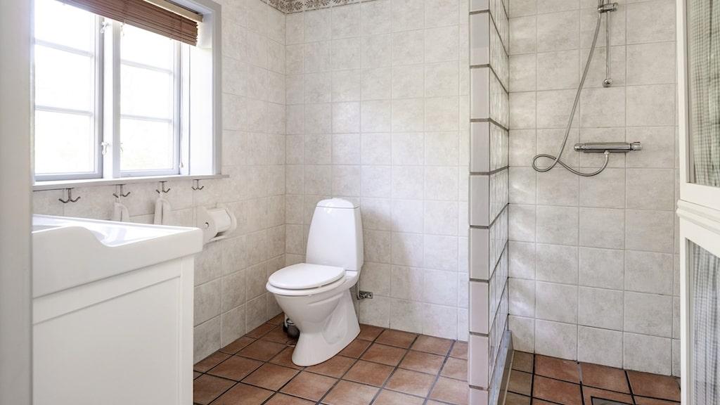 I huset finns både ett helkaklat badrum och en tvättstuga.