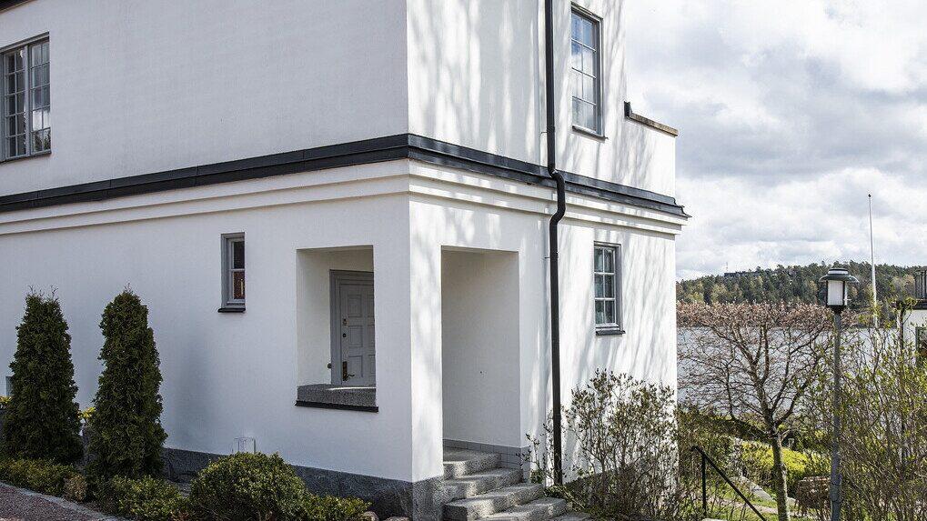 Lägenheten når man via två ingångar, antingen från det representativa gemensamma trapphuset eller som här via egen privat dörr på gaveln.