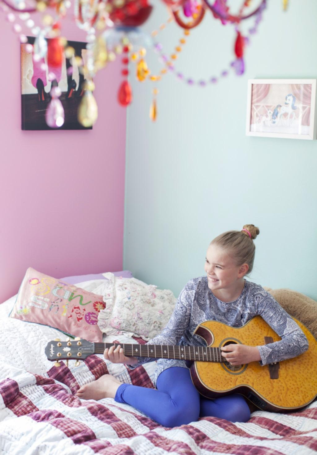 Musikalisk. Nova gillar att spela gitarr. Musik är en stor del i familjens liv.