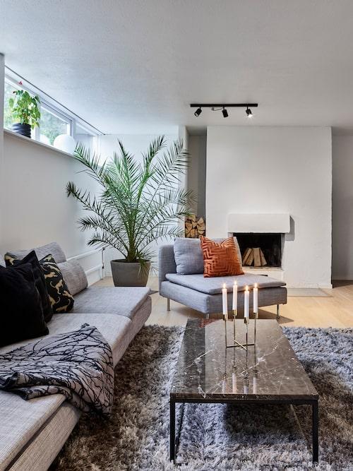I källarplanet finns ett tv-rum som ger skön svalka på sommaren och mysiga stunder framför brasan på hösten. Soffan är köpt second hand. Soffbordets ben är kapade för att det skulle passa bättre till soffan.