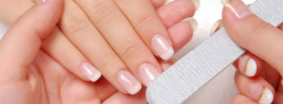 Visst kan du få manikyrfina naglar hemma. Börja med att skölja naglarna under varmt vatten så har du mjukat upp nagelbanden och lagt en bra grund.
