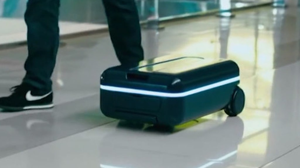 Väskan har en inbyggd motor. Och infraröd strålning hjälper väskan att upptäcka och undvika hinder i vägen.