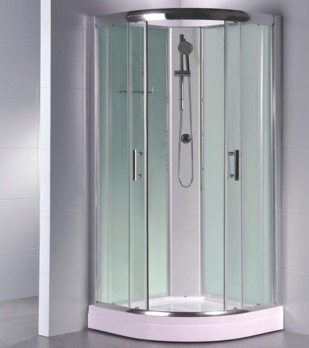 Fördelar med duschkabin är att golvet i duschen fångar upp det strömmande vattnet och leder ner det i avloppet samt att väggarna gör att vattenstänk inte hamnar utanför duschkabinen. Det minskar risken för fuktproblem.