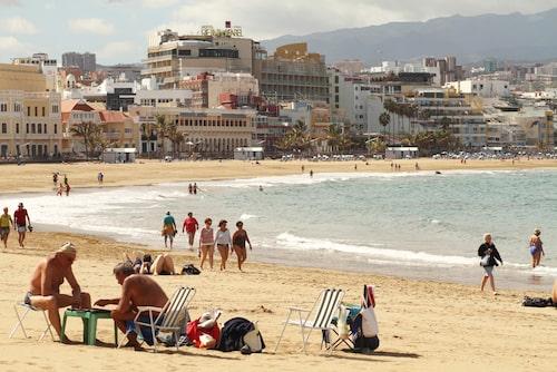 På Playa de las Canteras hänger både surfare och lokalbor.