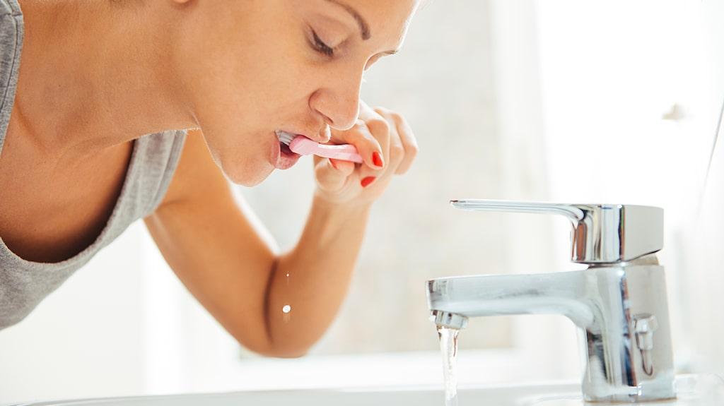 Det är viktigt att sluta låta vattnet rinna vid tandborstning.