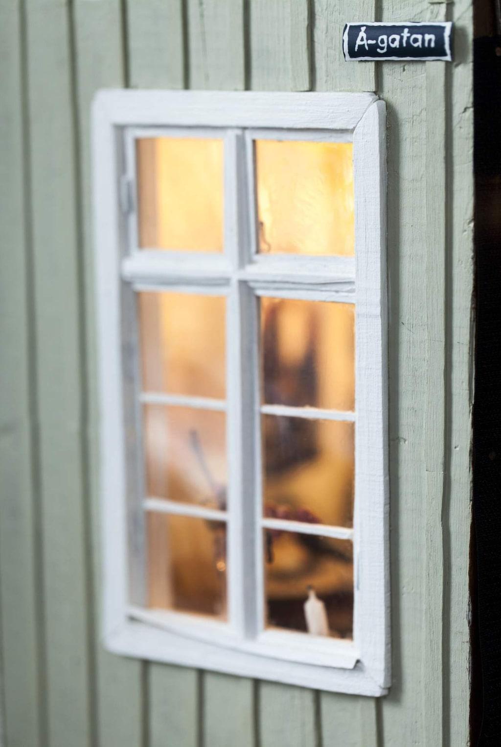 Fönster är Lottas favorit att göra. Genom det här vackra spröjsade fönstret kan man kika in på gästerna.