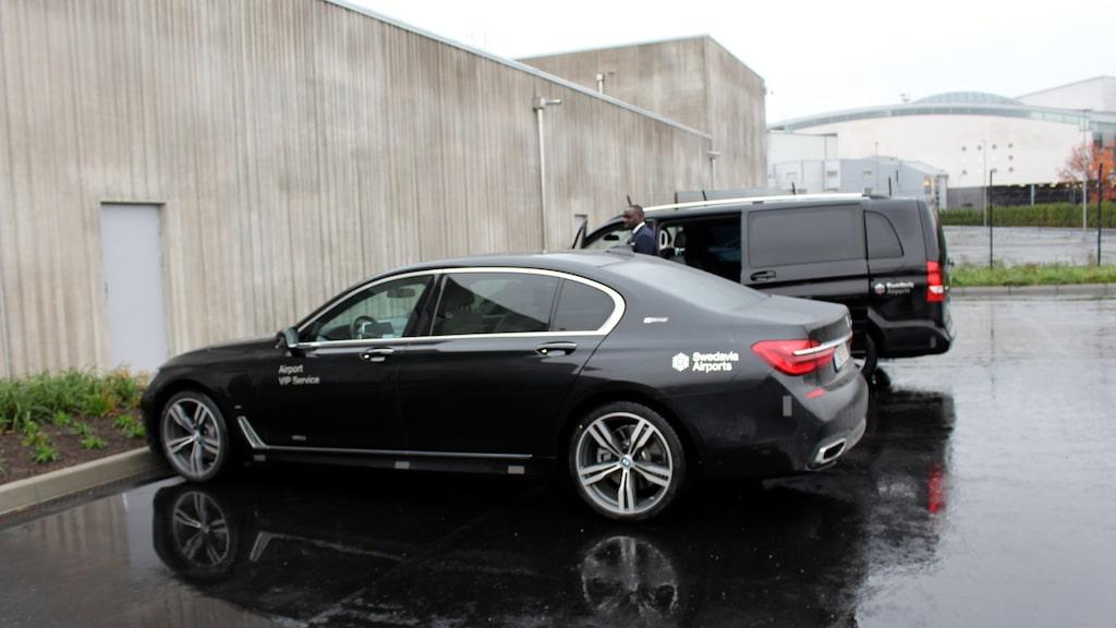 När det är dags för avfärd skjutsas vipgästerna till flygplanet i en BMW eller Mercedes.