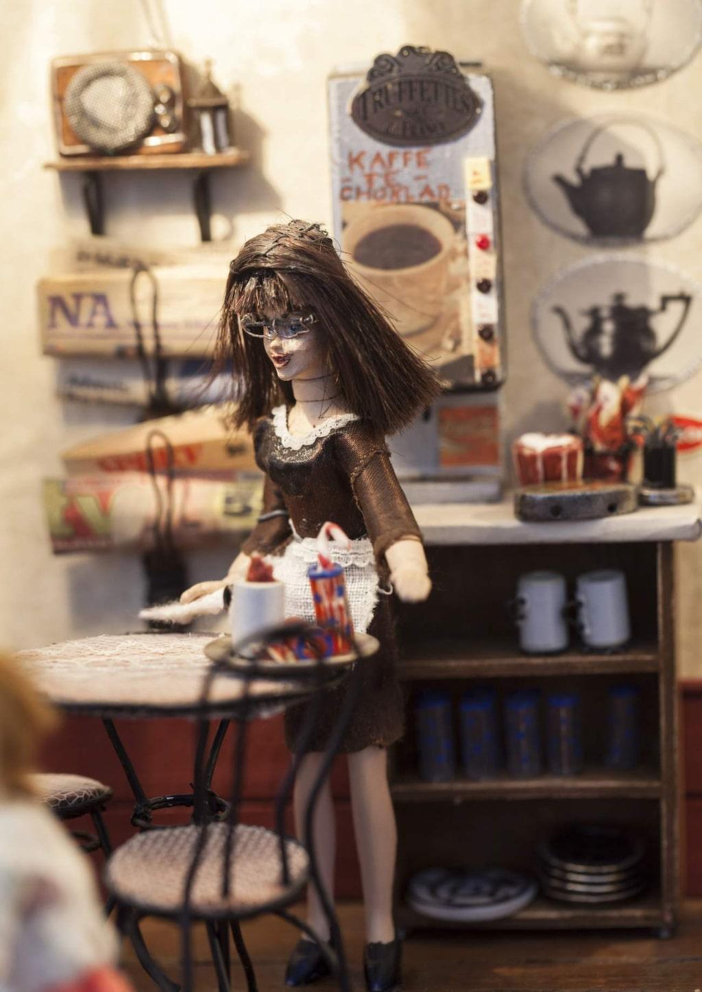 Vera plockar undan på borden som är gjorda av tvinnad ståltråd och lackade i svart.