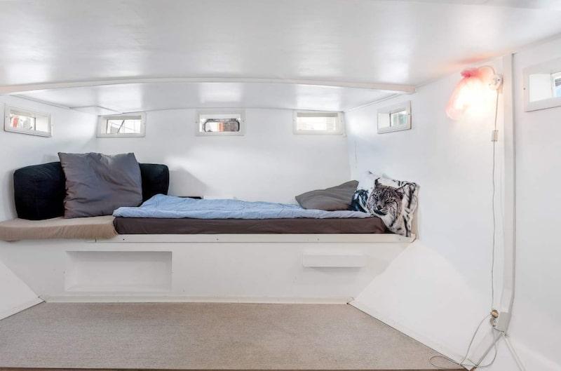 Ena sovrummet med platsbyggd säng.