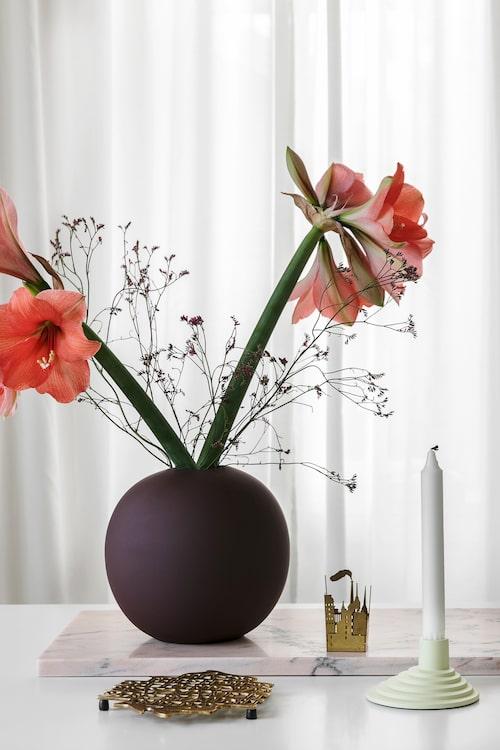 Rosa marmorskiva, Höörs Marmor & Granit. Vas från Cooee. Grytunderlägg från Svenskt Tenn. Ljuslykta från Skultuna. Ljusstake Ypperlig från Ikea.
