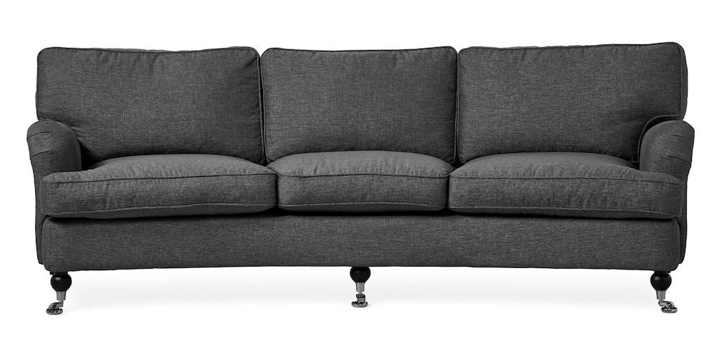 Svängd 3-sits soffa, Watford Delux i tyg Imola grey eller Town navy. Plymåer med fjäderblandning och ben/hjul i svart/krom, B 250, D 100/110, H 88 cm. Ordinarie pris: 13995 kronor. Mellandagspris: 6997 kronor.