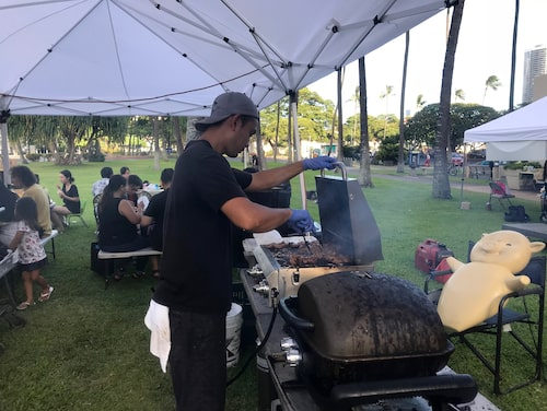 The Pig and the Ladys utomhusgrill på Kailua farmers market.