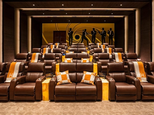 Naturligtvis har huset en egen biograf med bekväma skinnfåtöljer