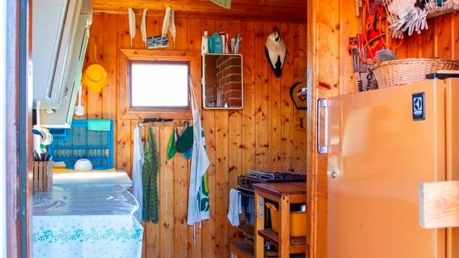 Köket har fotogenkyl och spis som drivs med gasol.
