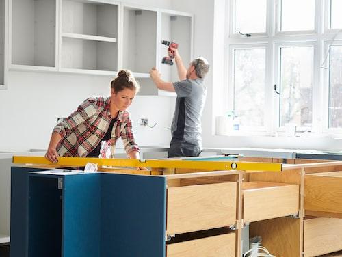 Göra själv eller ta in hantverkare? Den som är händig kan spara in mycket pengar. Räkna med att det behövs 160 arbetstimmar för att få upp ett normalstort kök.