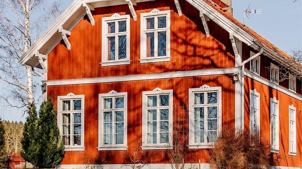 Det gamla sekelskifteshuset i Hjo må se ut som ett vanligt hus med röd fasad och vita knutar, men vänta bara tills du ser insidan. Där väntar ett nästintill orört klassrum från början av 1900-talet.