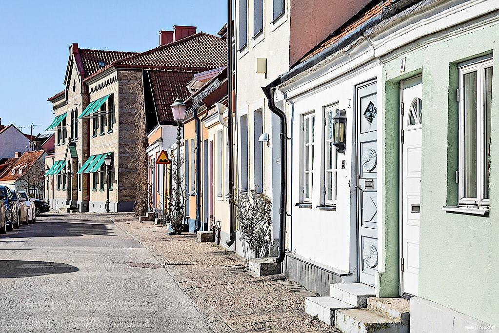Små gator fyllda med pittoreska hus i pastellfärger.