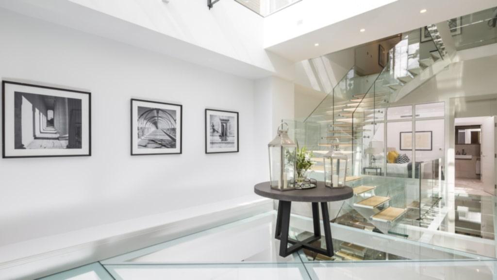 Hela bostaden är lyxigt inredd och har glasgolv på flera ställen.