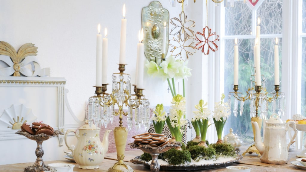 <p>På det gamla slagbordet är det dukat till ett härligt kaffekalas med julens kakor. Hyacintbakelserna står i centrum och många ljus brinner i antika ljusstakar och den vackra takkronan. <br></p>