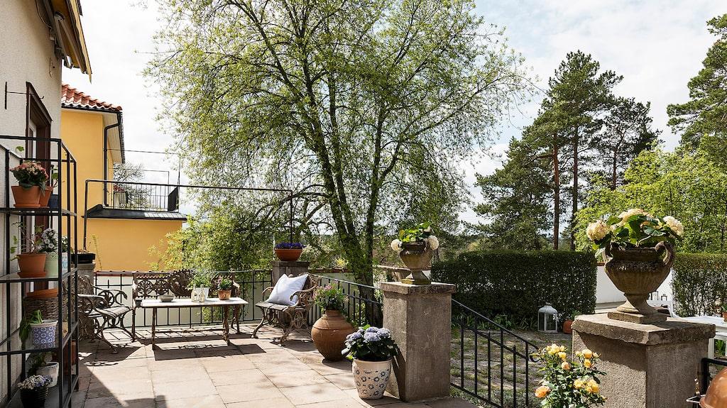 Från trädgården finns det en stentrappa som leder upp till den härliga terrassen.