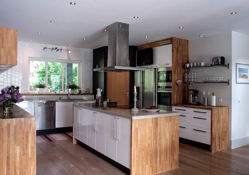 Familjens köksö har en kalkstensskiva från Slite som blir en fin brytning mellan de ljusa luckorna och sidorna i ek. Kalksten är även ett signum för Gotland.