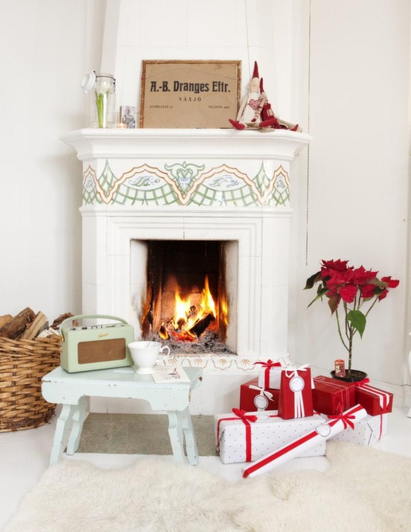 Värmande Vid renoveringen byttes alla kakelugnar ut. Johanna tycker att julen är årets bästa årstid och börjar pynta så tidigt hon bara kan. Då får man njuta länge.