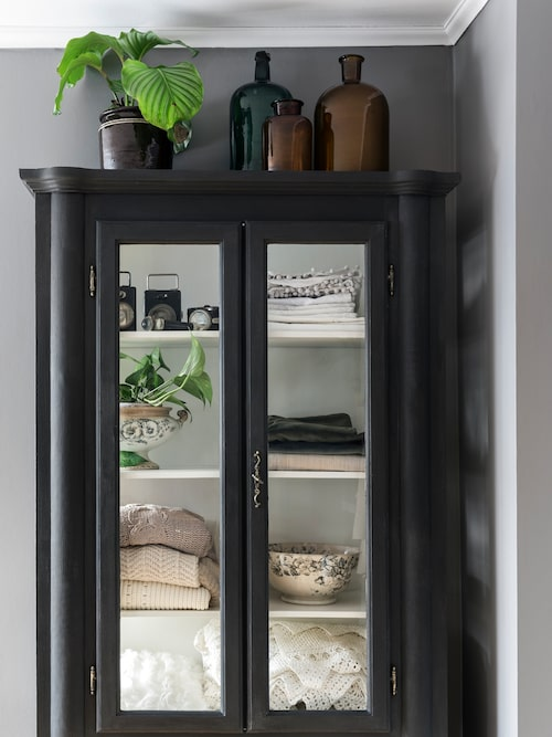 Skåpet i sovrummet är ett fynd från Blocket som målats svart.