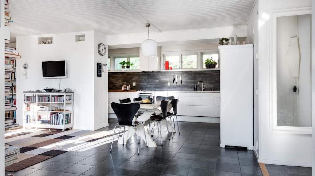 Öppen planlösning mellan vardagsrum och kök.