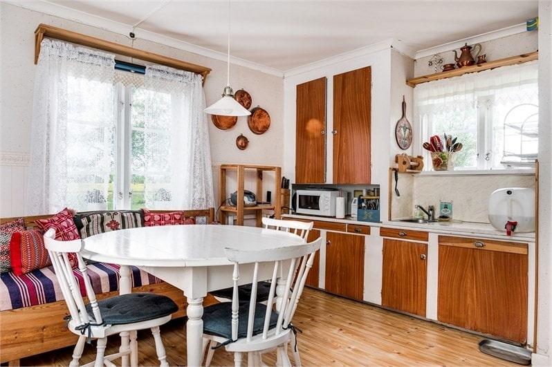 I köket finns gott om utrymme för både matgrupp och soffa.