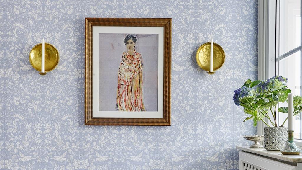 I hallen ligger ett nyinlagt klinkergolv. Tapet Penelope från Sandberg wallpaper. Bänken är ett loppisfynd. Ljuslampetter av Malin Appelgren, målning av Daniels mormor och ram från Michaelas morfar.