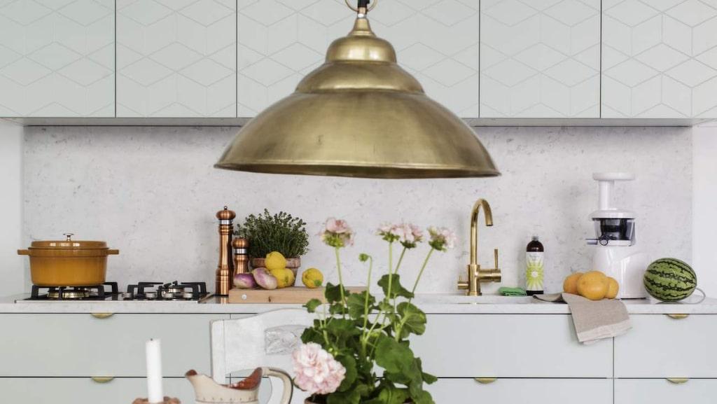 Superfront svensktillverkar fronter till Ikeas nya köksstommar och förvaringsmöbler. De gör även ben och handtag. Köksbord och stolar från Hemtrevligt. Taklampa i mässing, Spiti.