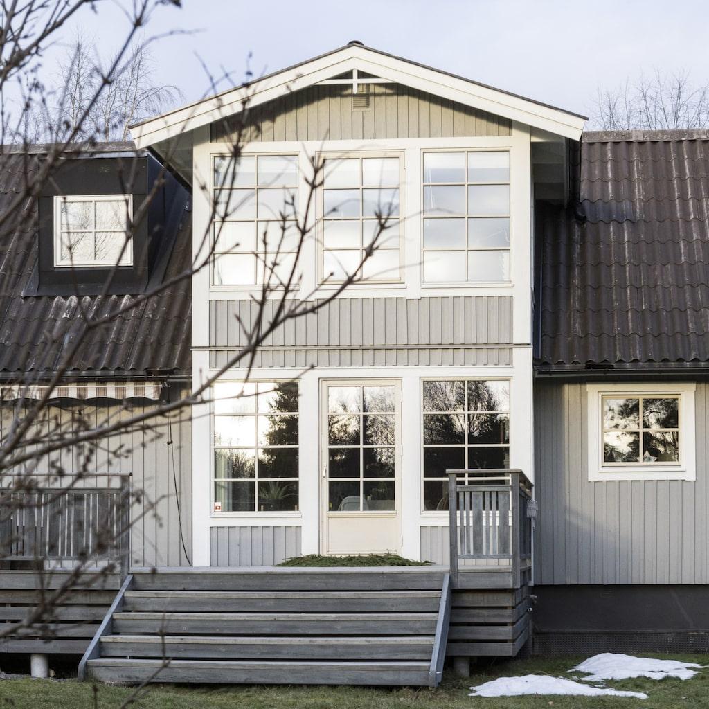 Från början var huset grönt med röda knutar, så paret bestämde sig för att måla det i en mer klassisk färgställning. Och grått är ju också en favoritfärg.