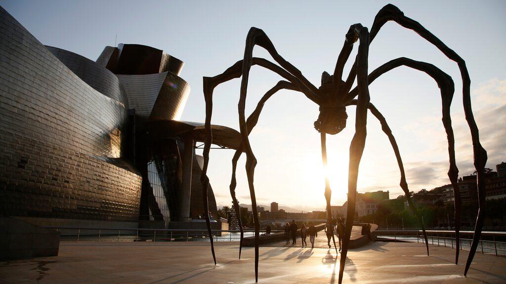 """Spindeln """"Maman"""" står utanför Guggenheim."""