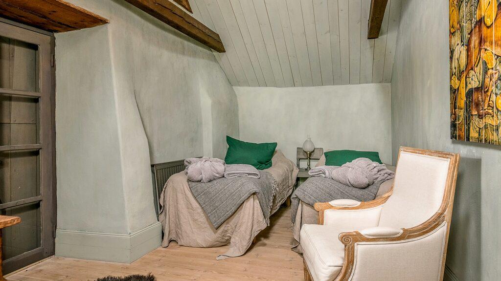 Ett av husets sex sovrum.