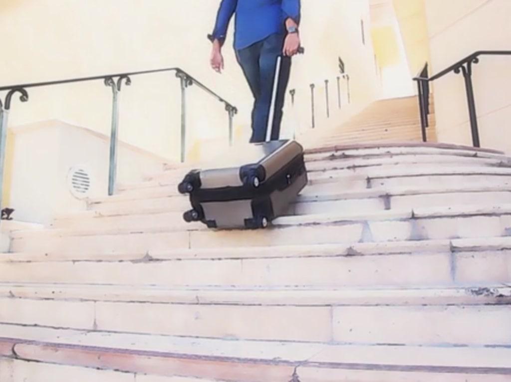 <p>Så här rullar väskan uppför trappan.</p>