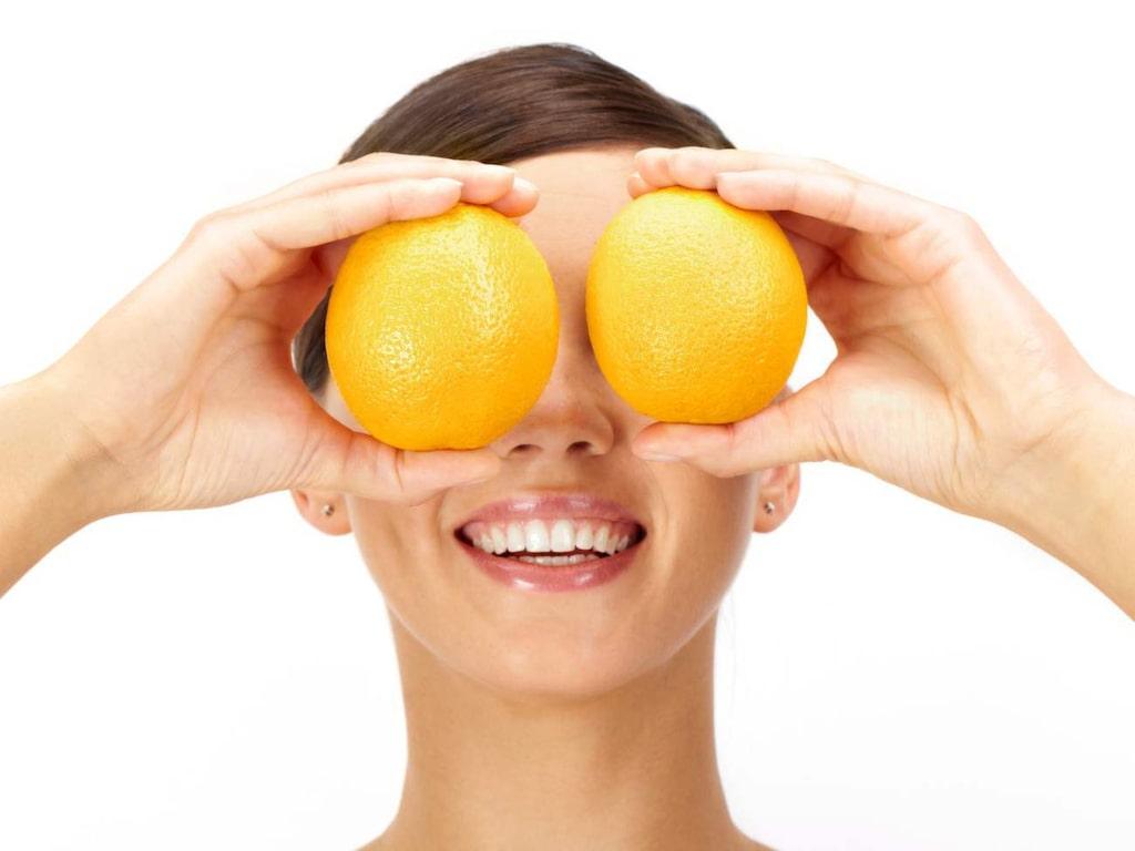 Vitamin C. Kan hjälpa till att reparera solskador.