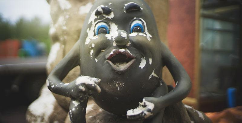 Inga röster eller barnskratt hörs, inget plaskande i någon av poolerna eller maskiner som gnisslar.