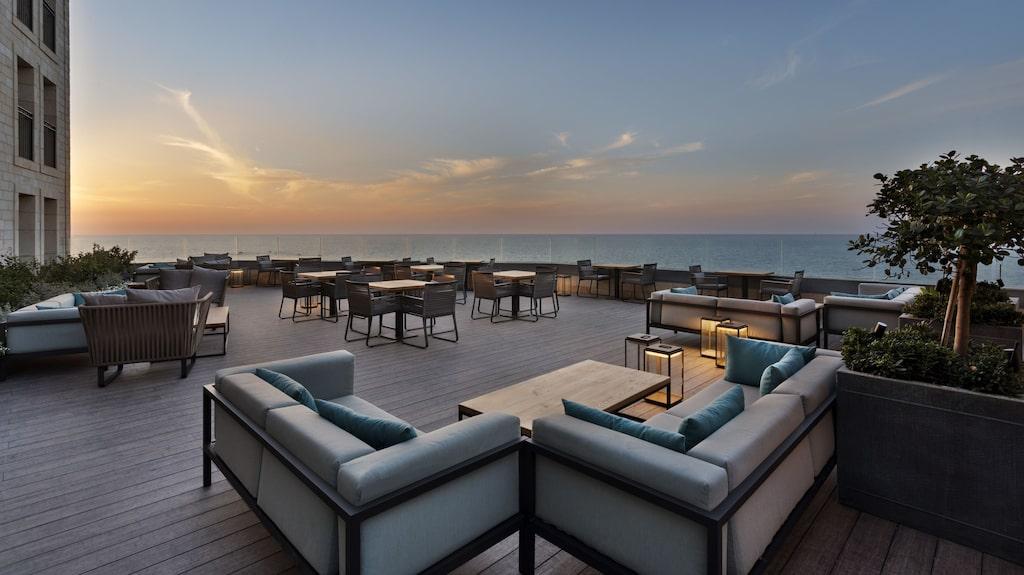 The Setai Tel Aviv har både pool och uteservering på taket.