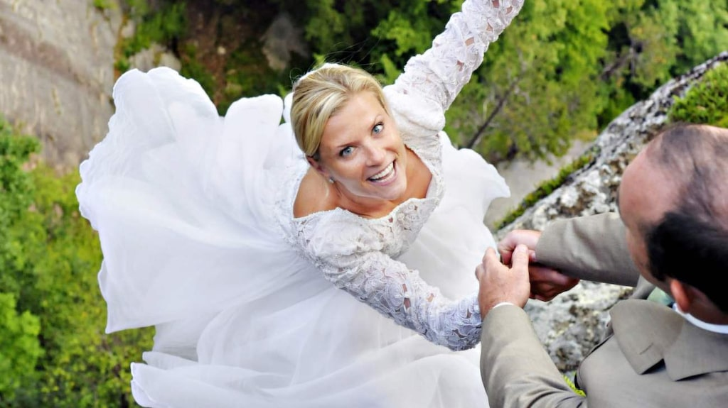 <p>Paret får bröllopsfoton de garanterat aldrig glömmer.</p>