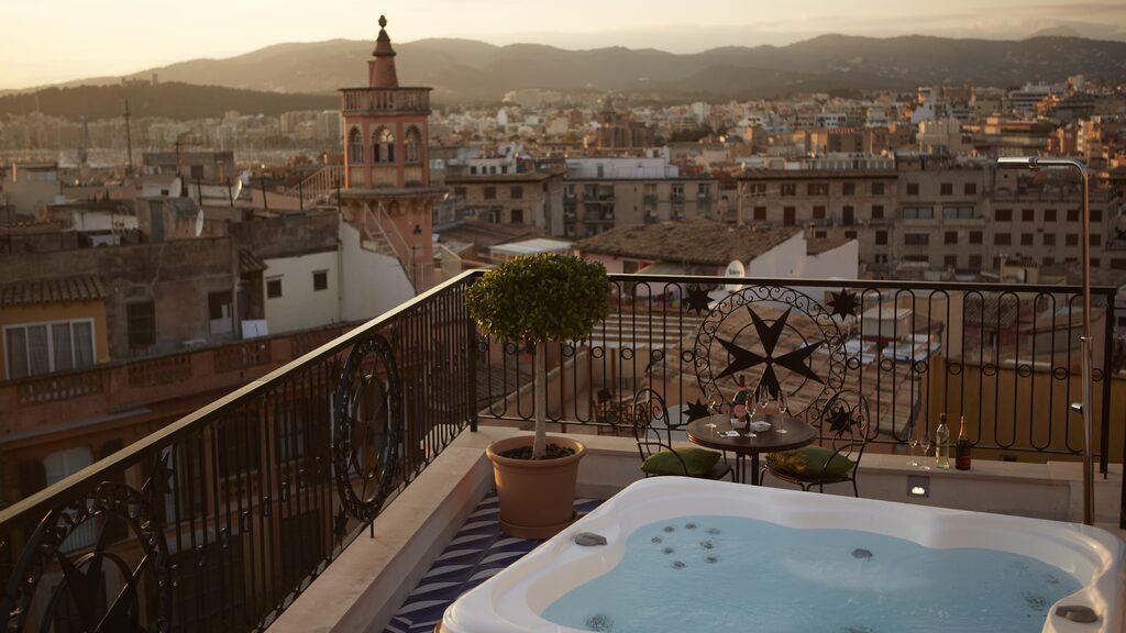 Från lyxsviten på Hotel Cort har du utsikt över vackra Palma på Mallorca.