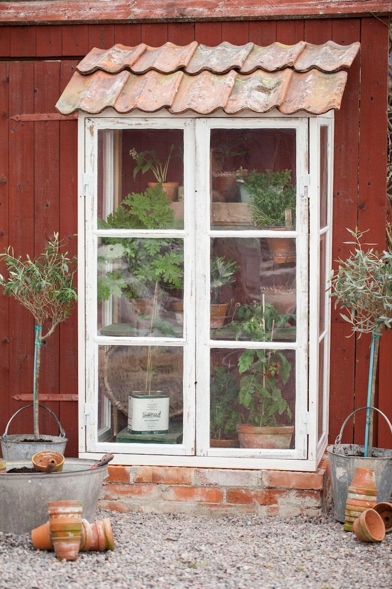 I det lilla växthuset kan du låta inredningen vara sparsmakad.