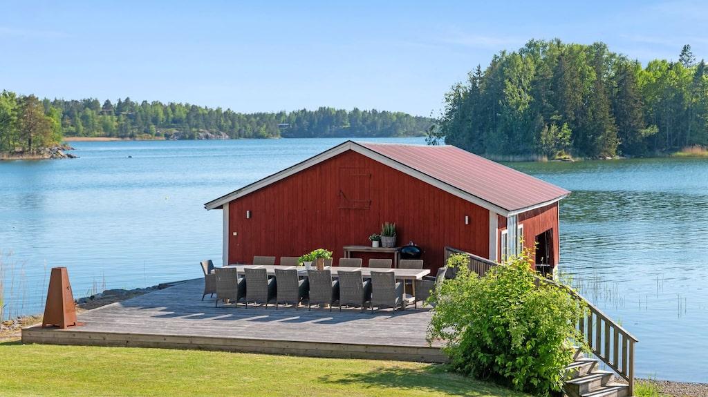 Fastigheten har en privat sandstrand, ett båthus och brygga med segelbåtsdjup.