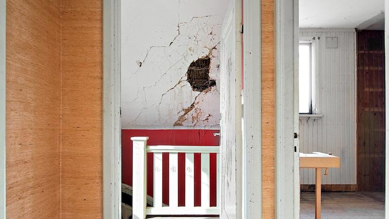 """Det är hål i både väggar, golv och tak... """"Taket är otätt och det har regnat in i stora delar av huset. Delar av bjälklaget har rasat in. Garaget går inte att komma in i"""", står det bland annat i annonsen."""