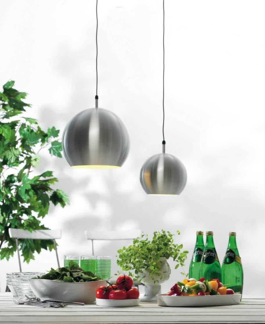 Modernt. Pendel Ubby i rostfritt stål, finns i två storlekar, 28 och 40 centimeter i diameter, från 950 kronor, Markslöjd.