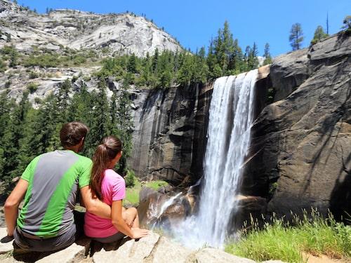 Njut av vattenfallen i berömda nationalparken Yosemite.