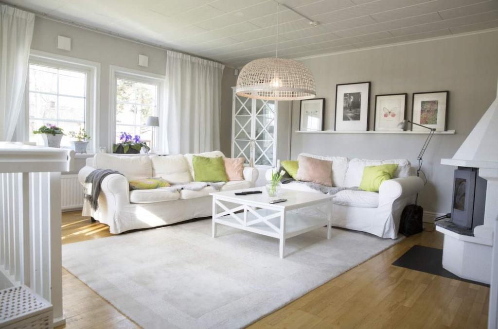 Ombonat vardagsrum i vitt coh grått med färgstarka detaljer.